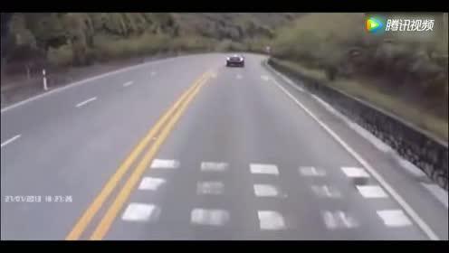 高速路大货车突然失控,货车司机淡定的应对