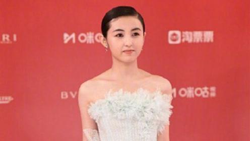 张子枫上影节一袭蛋糕纱裙仙气十足,发型却引网友热议