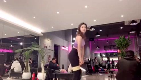 韩国健身女教练,穿运动装还有无限女人味,不愧是健身女神