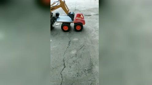 板车:兄弟,我要先走了,拜拜!挖掘机:大哥,我还没有上去呢!