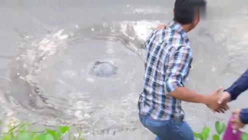 池塘水突然消失了,中间不停地冒着泡