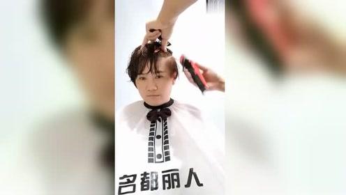理发师给阿姨设计了款发型,果然剪完年轻了很多