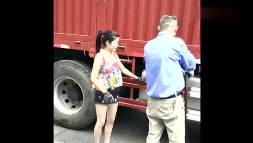 货车女司机又要出发了,先去加个油,一切都是为了生活!