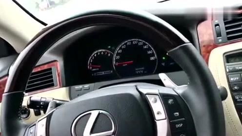 司机太疯狂了,雷克萨斯高速上玩爆表