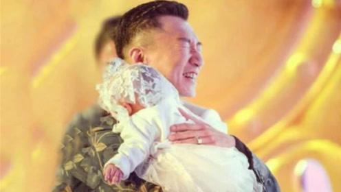 带爸留学:林飒婚后生下一女,黄成栋抱着女儿不离手,小栋还吃醋