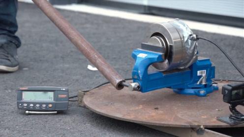 趣味实验:老外作死用铁管转动台虎钳的手柄,台虎钳会废掉吗