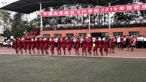 民航的空姐运动场上集体跳舞,这满屏的大长腿!