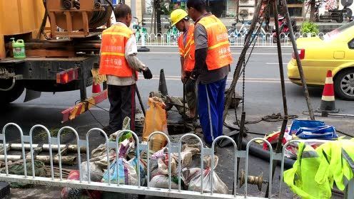 南京下水道清淤排水,一桶一桶全靠人力