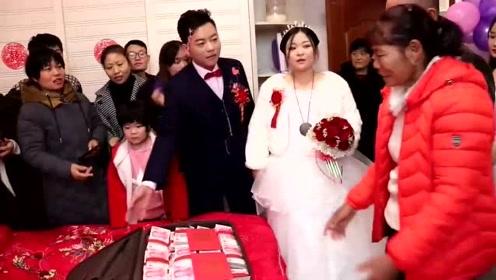 农村娶媳妇,婆婆急忙打开新娘陪嫁箱,这么多现金啊