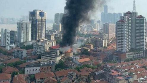 武汉百年老建筑江汉饭店发生火情 现场浓烟滚滚