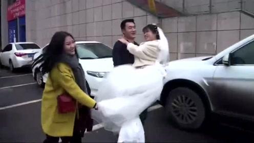 农村小伙娶媳妇,抱着新娘子车门打不开,嘿嘿!累惨了