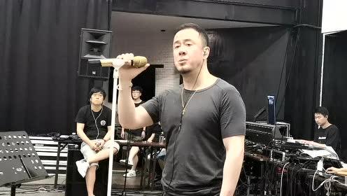 杨坤排练厅唱《那一天》 竟陶醉的扭动起来