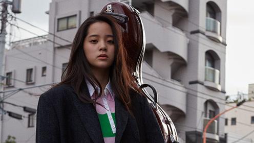 """欧阳娜娜""""日系风""""杂志封面曝光 街头背大提琴变文艺少女"""