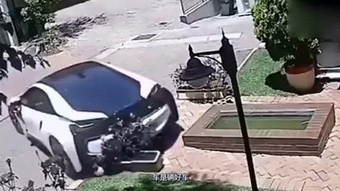女司机一把油门,豪车直接报废了,旁边老公无奈一声叹气!