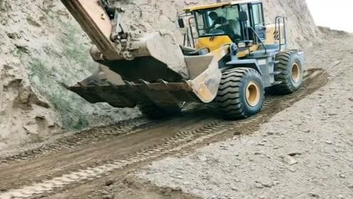 铲车动力不足,关键时候还得挖掘机帮忙,一推就上去了!