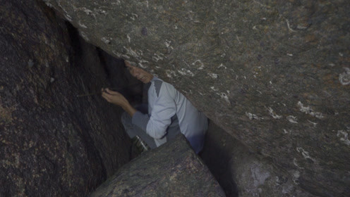 小伙发现海边古洞穴 一进去就发现大海鲜了