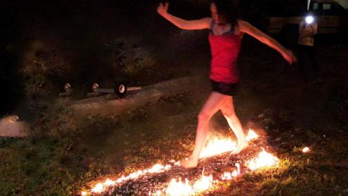 光脚在炭火上行走不会烫伤吗?老外亲自测试,下一秒意外发生了!