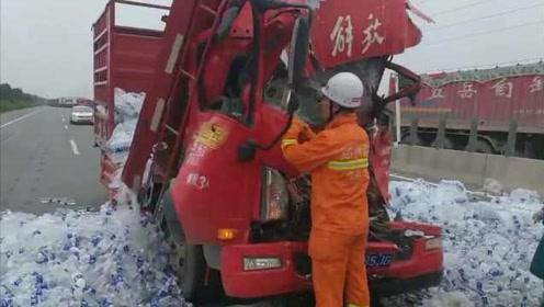 痛心!拉水货车撞罐车车头挤扁,致一死一伤