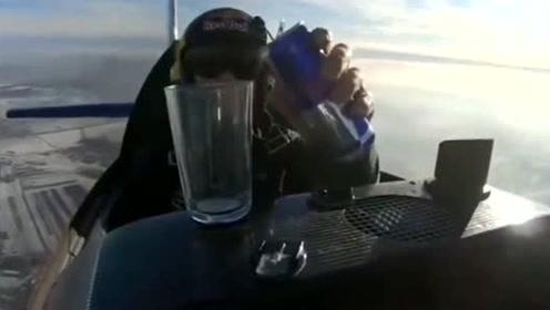 战斗机上想喝水,看优秀的飞行员是怎么操作的!