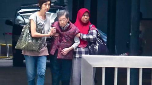 刘青云夫妇带母亲看病 郭蔼明与婆婆十指紧扣