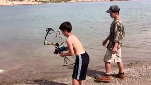小屁孩瞄准水中的大鱼,猛地射过去,果然大获丰收