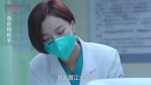 护士突然生产,医生没办法,只有将办公桌合并成手术台,帮她接生