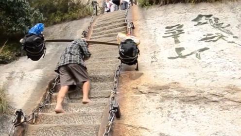 国外小哥第一视角爬华山,觉得自己挺牛,看到挑山工就服了