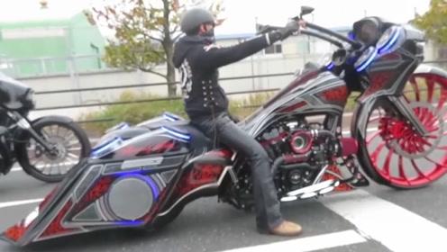 售价达30万的摩托轿跑,搭载V8发动机,车身总长超3米!