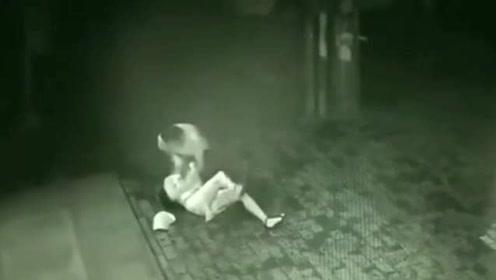 陕西一女子深夜独行 遭抢劫被拖行暴打