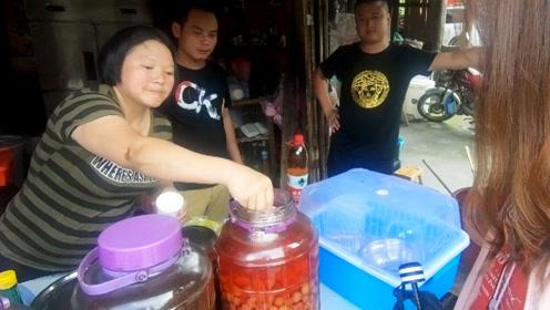 桂林村民酿的杨梅酒,10元一杯太辣了,我喝一口就醉!