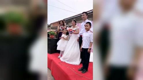 新郎带着儿子,新娘带着女儿,这样的婚礼会让人笑话吗?