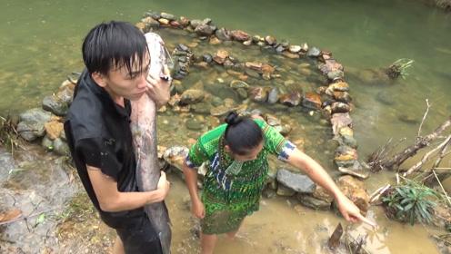 抓大鱼的绝妙方法!在河中建一座迷宫,鱼进来了就跑不掉!