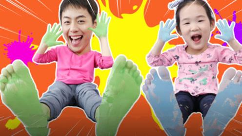 小萝莉玩彩色游戏,涂满了各种颜色,玩的高兴极了