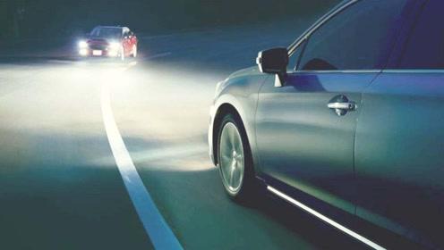 对方车向你闪三下大灯是什么意思,一定要小心,暗语老司机都懂!