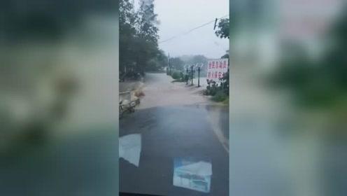 """台风""""利奇马""""登陆山东 一轿车行驶途中被雨水冲走致1人失踪"""