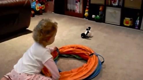 妈妈买来一神奇玩具,萌宝迫不及待来看,接下来一幕让妈妈笑翻了