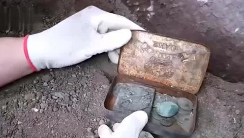 男子寻宝在古墙缝发现宝藏,大量古币藏其中,这回要发大财了