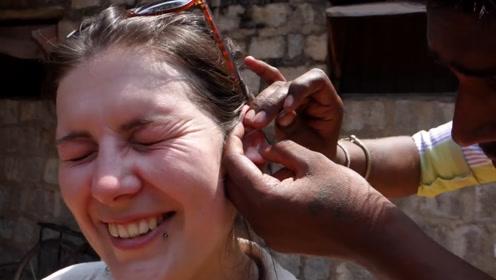 印度掏耳人的技术有多精湛?看外国美女的表情,根本停不下来