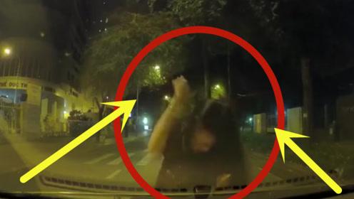 深夜美女披头散发拦停小轿车,疯狂撞击引擎盖,到底发生了什么!