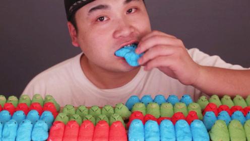 大胃王吃棉花糖,整排拿起来大口啃,难道还能剩下?