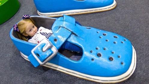 勇敢萌娃闯入巨人世界,找到巨人的鞋子后,还躺在里面当床睡!