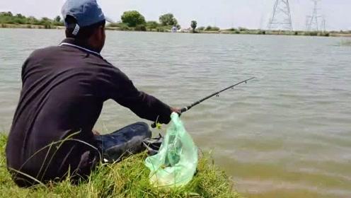只要有鱼,饵料用什么都无所谓,面团都连着上鱼