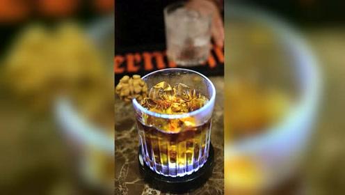 饮品师教你10秒制作两杯经典的饮品