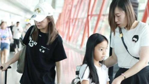 赵薇携女儿小四月现身机场,小四月长的亭亭玉立