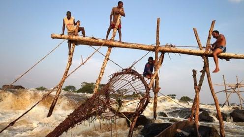 非洲穷人是怎样捕鱼的?看到这湍急的河水,我宁愿一辈子不吃鱼