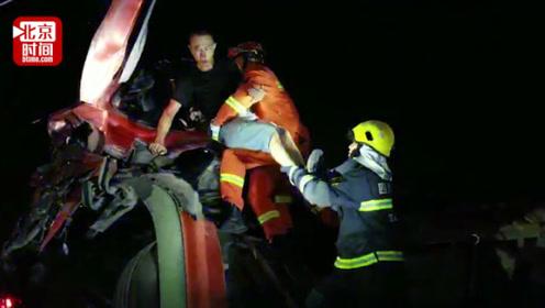 车头因车祸撞至半空并大面积漏油 消防火速破拆将人抱出