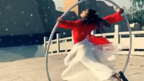 看了这位中国小伙的古风钢环舞 海外网友:太空灵了