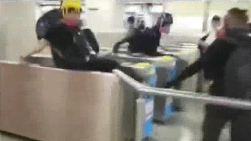 你们说的法治呢?香港黑衣人大摇大摆翻进地铁