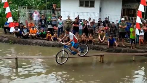 """国外举行""""骑车过桥""""比赛,胜者赢得500美金,你敢参加吗?"""