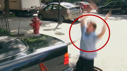 推车把自己推消失?老外车子没油求助路人,结果一不小心踩空了!